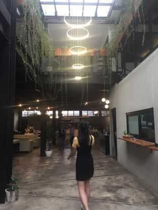 Foto 1 - Interior di Arunika Coffee & Bar oleh nesyaadenisaa