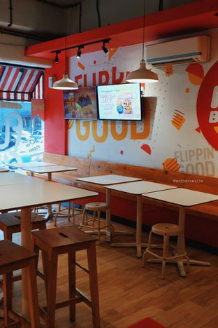 Foto 5 - Interior di Flip Burger oleh Indra Mulia