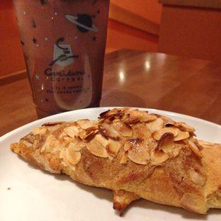 Foto 2 - Makanan(Cafe Mocha & Almond Croissant) di Caribou Coffee oleh Pengembara Rasa