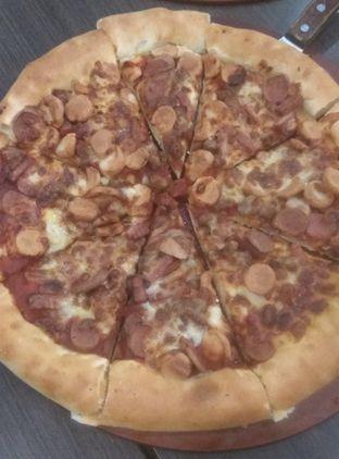 Foto 2 - Makanan(MEAT LOVERS LARGE STUFFED CRUST (IDR 160k) ) di Pizza Hut oleh Renodaneswara @caesarinodswr