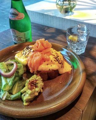 Foto 1 - Makanan(Eggs benedict broadway style (IDR 115k)) di Toby's Estate oleh Renodaneswara @caesarinodswr