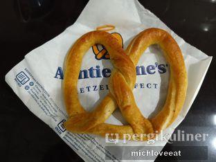 Foto 5 - Makanan di Auntie Anne's oleh Mich Love Eat