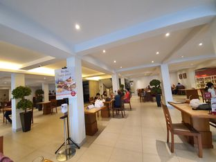 Foto 7 - Interior di Bon Ami Restaurant & Bakery oleh Amrinayu