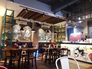 Foto 5 - Interior di Communal Coffee & Eatery oleh Nisanis