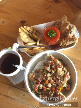 Foto 1 - Makanan(Ayam Sambal Matah, Platter Mix) di Titik Kumpul Coffee & Eatery oleh Michelle Juangta