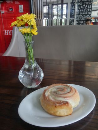 Foto 3 - Makanan(Cinnamon Roll) di Buttercup Signature Boulangerie - Hotel Four Points by Sheraton oleh Fadhlur Rohman