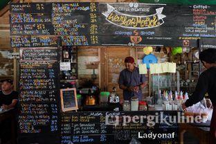 Foto 7 - Interior(menunya bikin pusing ga bacanya? apalagi kalau lagi buru2) di Waroeng Kopi Modjok (Warkop Modjok) oleh Ladyonaf @placetogoandeat