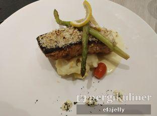 Foto 3 - Makanan(Salmon with Healthy Creamy Dill Sauce) di Spice Restaurant - Oakwood Hotel & Residence Surabaya oleh efa yuliwati