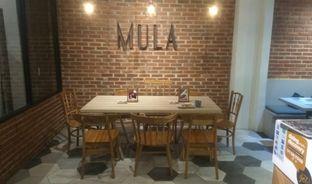 Foto 3 - Interior di Mula Coffee House oleh Renodaneswara @caesarinodswr