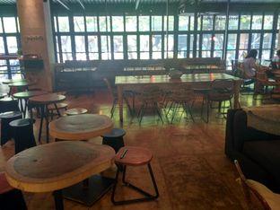 Foto 2 - Interior(Kursi kosong tapi gak bisa duduk) di Crematology Coffee Roasters oleh Yoyo