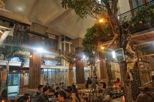 Foto 4 - Interior di Equator Coffee & Gallery oleh Fadhlur Rohman