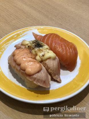 Foto 3 - Makanan(salmon triple flavor) di Genki Sushi oleh Patsyy