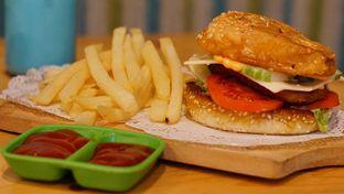 Foto 1 - Makanan(Burger Babeh) di Babeh St oleh Rinarinatok