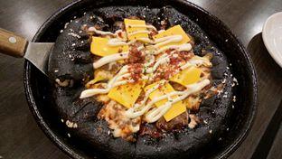 Foto 1 - Makanan(Cheese Burger Stuffed Crust Black Pizza) di Pizza Hut oleh Komentator Isenk