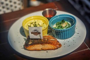 Foto 4 - Makanan(Salmon Steak) di Dandy's Steak and Coffee House oleh Fadhlur Rohman