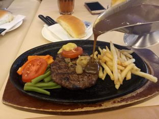 Foto 1 - Makanan(Tenderloin Steak) di Bon Ami Restaurant & Bakery oleh Ratu Aghnia