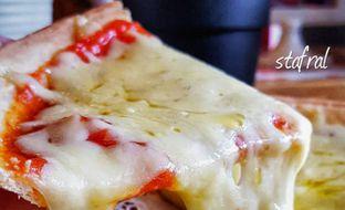 Foto 6 - Makanan(Margherita Pizza) di Noi Pizza oleh Stanzazone