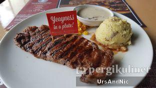 Foto 1 - Makanan(Wagyu Sirloin steak) di Steak Hotel by Holycow! oleh UrsAndNic