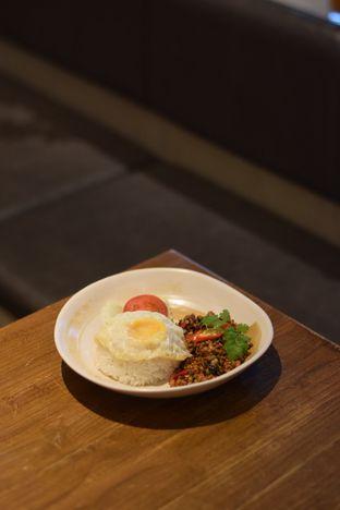 Foto 2 - Makanan(Khao Pad Keprau Kai) di Tomtom oleh Dian
