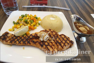 Foto - Makanan(Grilled Salmon) di Steak 21 oleh Ivan Setiawan