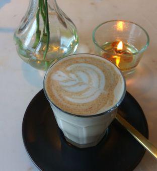 Foto 2 - Makanan(Chai Latte (IDR 45k) ) di Toby's Estate oleh Renodaneswara @caesarinodswr