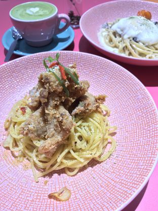 Foto 1 - Makanan(Aglio Olio with Tori Karage) di La Vie Kitchen and Coffee oleh @stelmaris