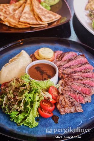 Foto 1 - Makanan(Sirloin Steak with Mushroom Sauce) di Indoguna Gourmet oleh Shella Anastasia