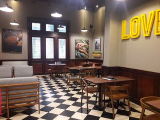 Foto 2 - Interior di Upnormal Coffee Roasters oleh Michael Wenadi