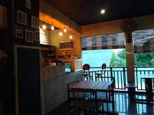Foto 6 - Interior di Dilon Coffee oleh Nisanis