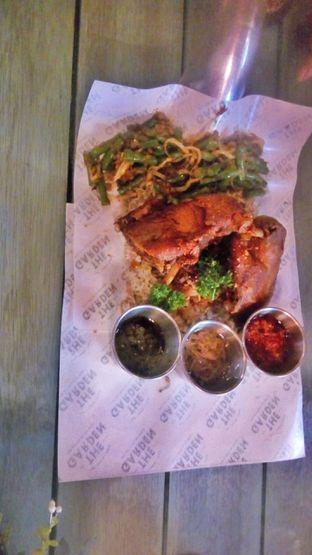 Foto 2 - Makanan(The Wonder Duck Crispy Kecombrang (IDR 135k) ) di The Garden oleh Renodaneswara @caesarinodswr