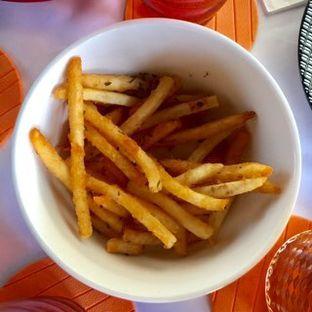 Foto 5 - Makanan(Truffle Fries) di Abraco Bistro & Bar oleh Elli  Soetomo
