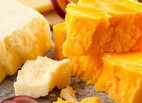 Keju Cheddar Putih vs Kuning, Apa Bedanya?