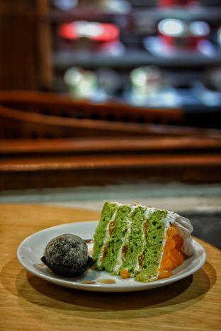 Foto 1 - Makanan(Mandarin Almond Pandan C and Rhum Ballake) di Mom's Artisan Bakery oleh Fadhlur Rohman