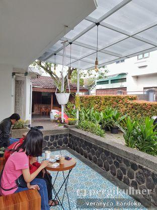 Foto 5 - Interior(Tempat duduk bagian outdoor) di Sudut Kopi oleh Veranyca Handoko