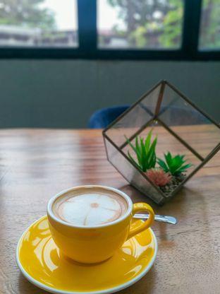 Foto 3 - Makanan(Creme Brulee Latte) di Chroma Coffee and Eatery oleh Sari Cao