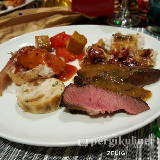 Foto 7 - Makanan(Grilled and Roasted) di Collage - Hotel Pullman Central Park oleh @teddyzelig