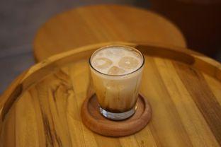 Foto 1 - Makanan(Caramel Macchiato) di Makmur Jaya Coffee Roaster oleh Fadhlur Rohman