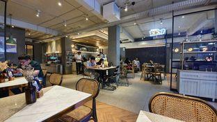 Foto 4 - Interior di Phos Coffee & Eatery oleh Naomi Suryabudhi