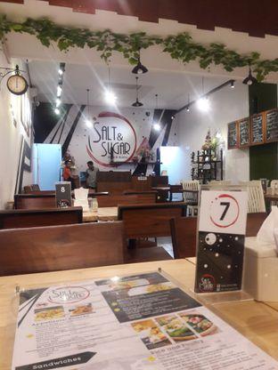 Foto 1 - Interior di Salt & Sugar Cafe and Bistro oleh Nisanis