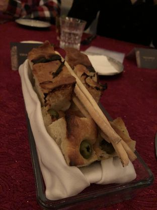 Foto 2 - Makanan(Welcome Bread) di Oso Ristorante Indonesia oleh YSfoodspottings