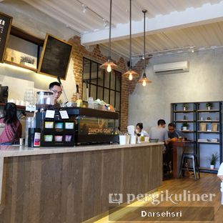 Foto 8 - Interior di Dancing Goat Coffee Co. oleh Darsehsri Handayani