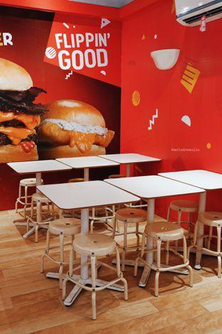 Foto 3 - Interior di Flip Burger oleh Indra Mulia