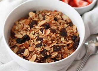Pecinta Kuliner Sehat, Ketahui Dulu Perbedaan Oatmeal vs Granola Ini!