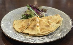 Foto 1 - Makanan(Smoked chicken quesadillas) di Lula Bakery & Coffee oleh Tsuty