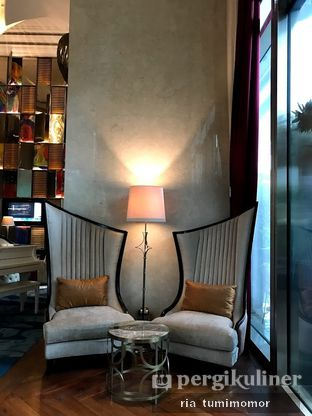 Foto 8 - Interior di The Writers Bar - Raffles Jakarta Hotel oleh riamrt