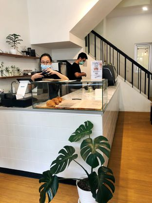 Foto 2 - Interior di Ruach Coffee oleh kdsct