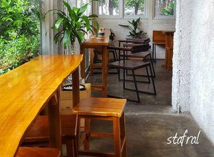 Foto 1 - Interior di Pikul Coffee & Roastery oleh Stanzazone