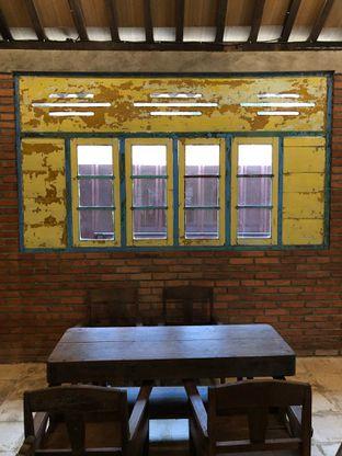 Foto 8 - Interior di Ragil Coffee & Roastery oleh feedthecat