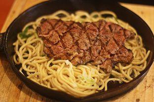 Foto 1 - Makanan(Hot Plate Beef Hajime) di Hajime Ramen oleh Marchella Loofis