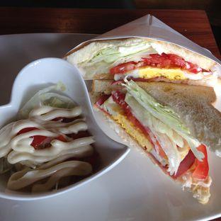 Foto 2 - Makanan(Smoked beef sandwich) di Angel In Us Coffee oleh Pengembara Rasa